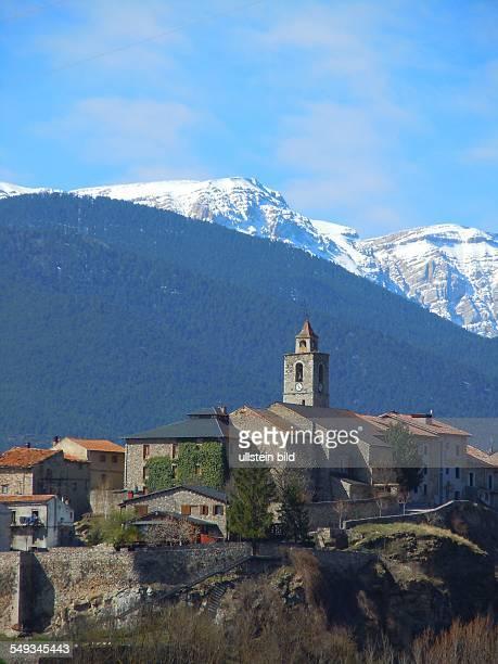 Kleinstadt mit Kirchturm vor schneebedeckten Bergen Aufgenommen in den spanischen Pyrenäen bei Berga am 17 April 2012