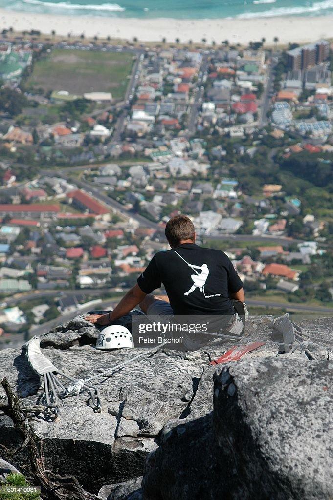 Kletterer vorm Abseilen vom Tafelberg (darunter Kapstadt), Tafelberg-Nationalpark, S : News Photo