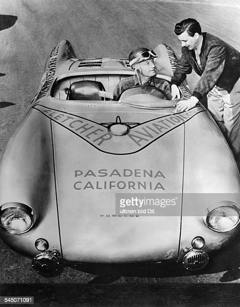 Kling Karl *Autorennfahrer Formel1 D im Porsche mit dem er an den Startder Carrera Panamericana gehen wird neben ihm Hans Hermann November 1953
