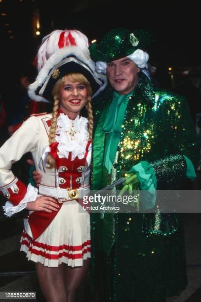 Kölle Alaaf - Fernsehsitzung der Prinzengarde Köln von 1906 e.V. Im Hotel Maritim, Deutschland 1997, als Gast: Regimentstochter Katja Klein mit dem...