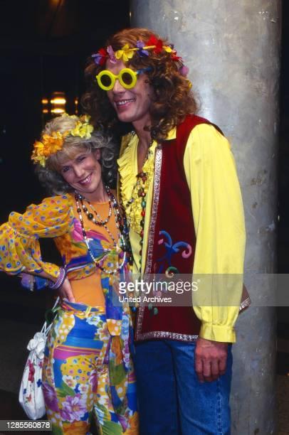 Kölle Alaaf - Fernsehsitzung der Prinzengarde Köln von 1906 e.V. Im Hotel Maritim, Deutschland 1997, als Gast: Moderatorin Ulrike von der Groeben mit...