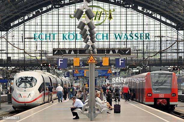 Hauptbahnhof Bahnhof Bahnsteig Gleis Gleise ICE Regionalexpreß RE Zug Züge Bahnverkehr Deutsche Bahn Dach Glasdach