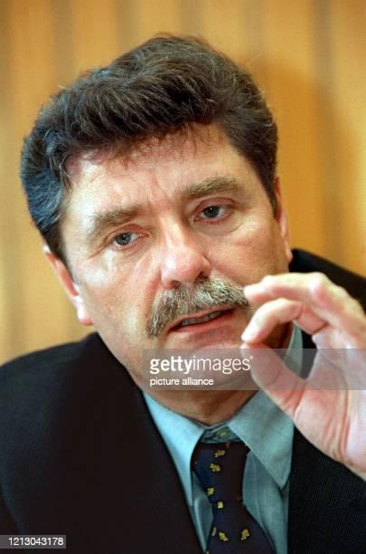 Kölns Oberbürgermeister Fritz Schramma auf am 1992000 bei einer Pressekonferenz im Düsseldorfer Landtag Die Staatsanwaltschaft hat Ermittlungen gegen...