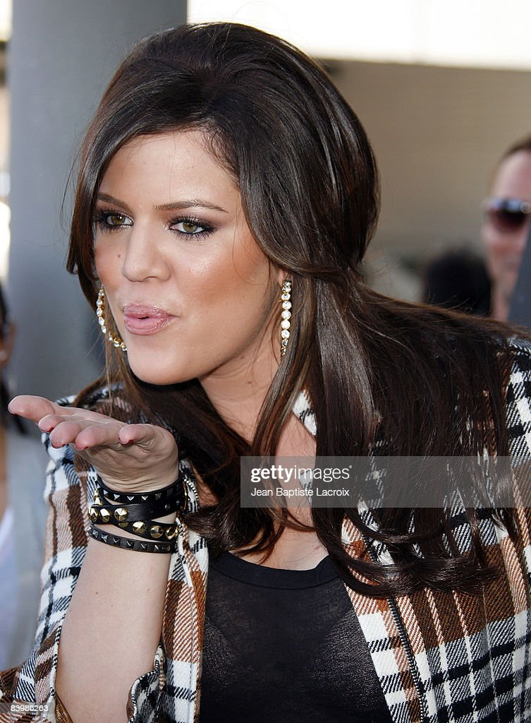 "Khloe Kardashian's PETA ""Fur? I'd Rather Go Naked"" Billboard Unveiling : Fotografia de notícias"