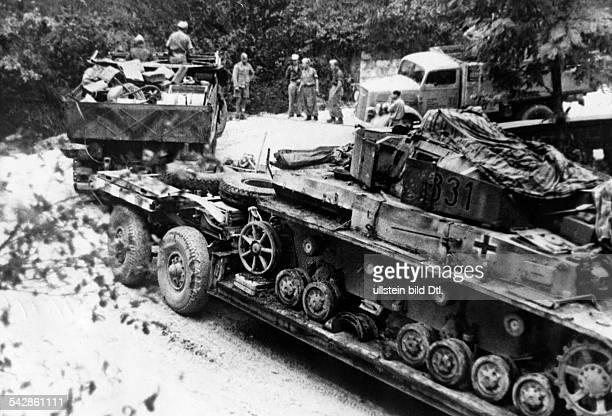 Kämpfe im Raum Monte Cassino / Salerno Bergung eines fahruntüchtigen Panzer IV mit Hilfe eines Tiefladers der Instandsetzungseinheit Oktober/November...