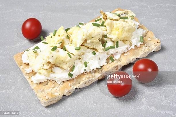 Knaeckebrot mit Frischkaese Ruehrei und Tomate