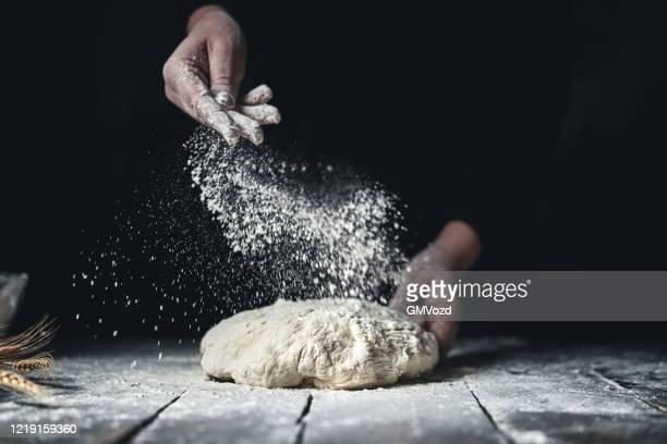 手でパン生地をこねます - 小麦粉 ストックフォトと画像