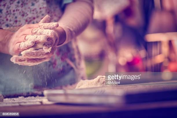 Pâte pétrissage avec les mains
