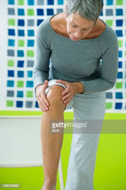 knee pain in an elderly person - osteoarthritis stock photos and pictures