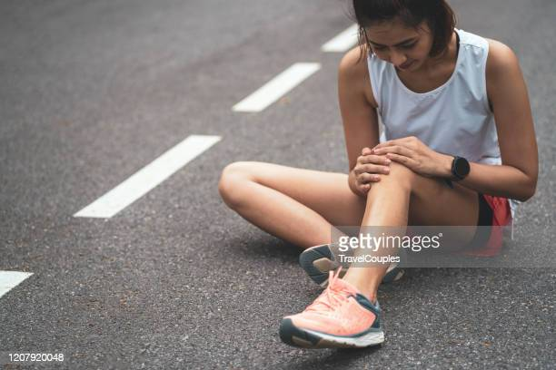 knee pain. sport injury, women has knee pain during outdoor exercise. sports running knee injury in women runner. - genou photos et images de collection