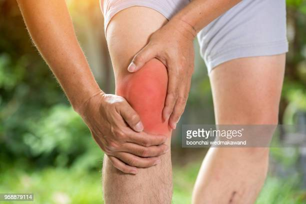 knee pain. sports running knee injury in male runner. - sprain stock pictures, royalty-free photos & images