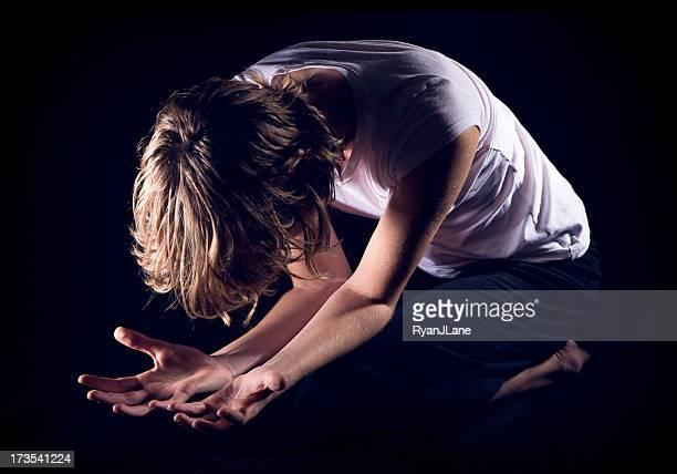 ajoelhar mulher em oração isolado no preto - mulher orando de joelhos imagens e fotografias de stock