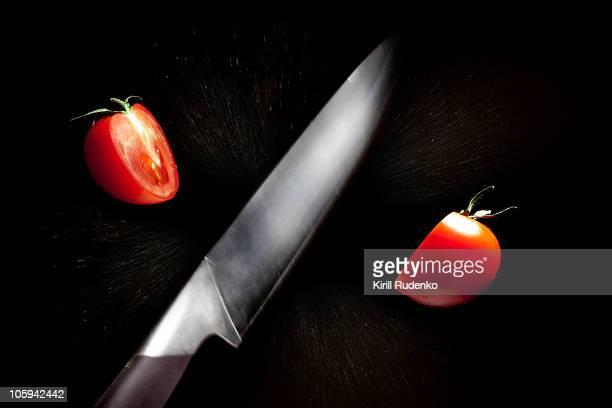 knife cutting a tomato in half - couteau de cuisine photos et images de collection
