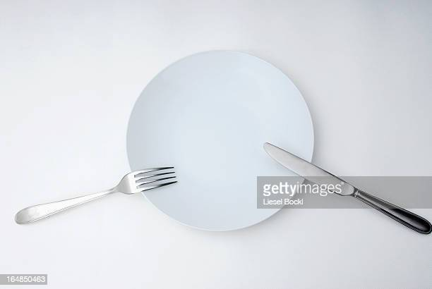 knife, fork and plate - forchetta foto e immagini stock