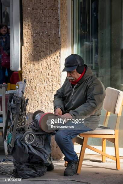 knife sharpener working in the street. - emreturanphoto stock pictures, royalty-free photos & images