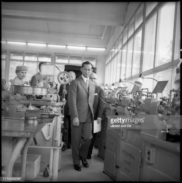 König Bhumibol beim Besichtigen der Omega Uhrenfabrik in Biel, 1960