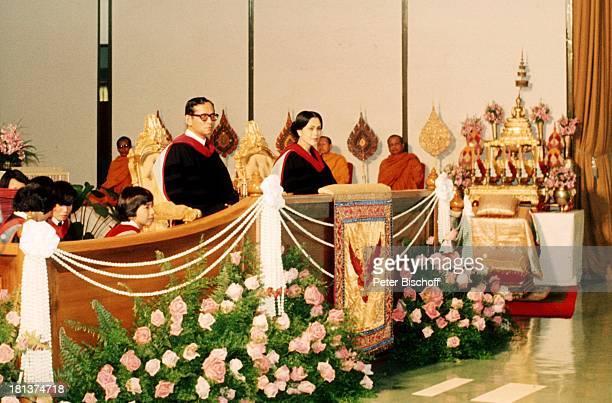 König Bhumibol Königin Sirikit buddhistische Mönche Studenten thailändisches Königshaus Besuch Universität BangkokThailand Asien NB/KR SC