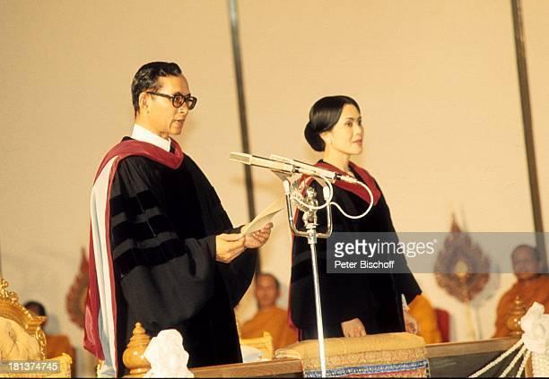 König Bhumibol Königin Sirikit buddhistische Mönche thailändisches Königshaus Besuch Universität BangkokThailand Asien NB/KR SC