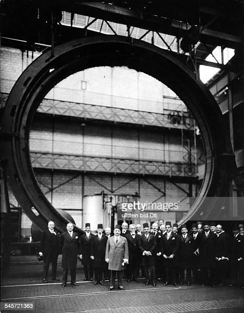 König Fuad von Ägypten bei der Besichtigung der Siemens Schuckertwerke in Berlin in der grossen Maschinenhalle des Dynamowerks vor dem Stator...