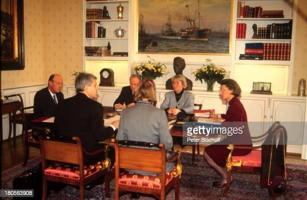 König Harald von Norwegen KöniginSonja engster Beraterstabkönigliches Schloss Oslo/NorwegenArbeitszimmer Konferenztisch Beratung