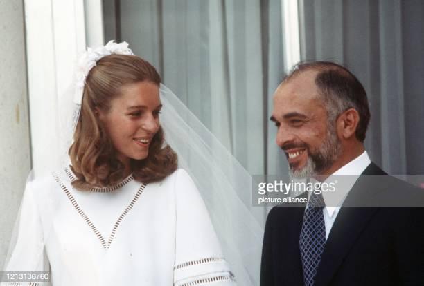 König Hussein von Jordanien und seine Frau Nur während ihrer Hochzeit am 15.6.1978 auf der Terrasse des Königspalastes in Amman.