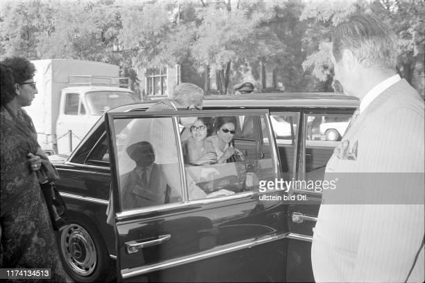 König Mahendra und Königin Ratna von Nepal steigen in Limousine am Zürcher Hauptbahnhof 1969