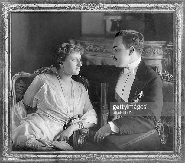 König Manuel von Portugal mit seiner Braut Prinzessin Augusta Victoria von Hohenzollern im Salon von Schloss Hohenzollern in Sigmaringen 1913...