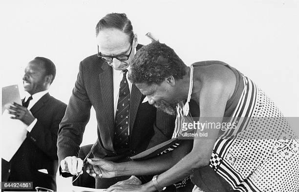 König Sobhuza unterschreibt am 6 September 1968 die Unabhängigkeit