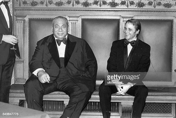 König Taufa'Ahau Tupou von Tonga während eines Hamburg-Besuchs zusammen mit Bürgermeister Hans-Ulrich Klose. .