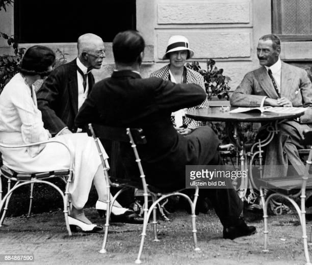 König von Schweden Gustav V an seinem 75 Geburtstag mit Gästen von links Prinzessin Margarethe von Dänemark König Gustav V Prinz Axel von Dänemark...