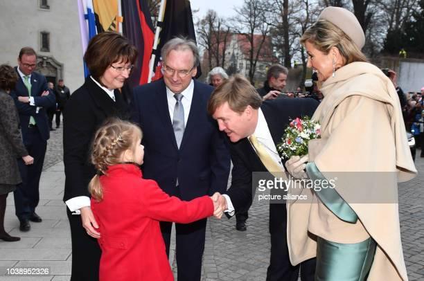 König WillemAlexander und Königin Maxima der Niederlande werden am in Wittenberg vor der Schloßlirche von Blumenkind Magdalena SachsenAnhalts...