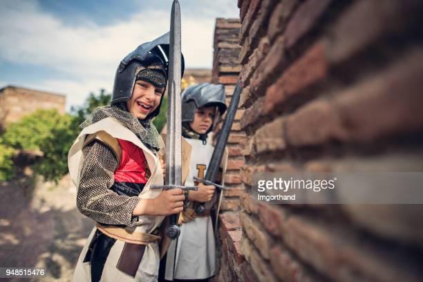 ridders verdediging van het kasteel - geschiedenis stockfoto's en -beelden