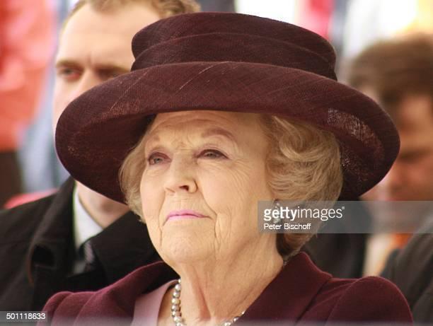 Königin Beatrix der Niederlande Eröffnung der Ausstellung Dutch Design Huis van Oranje Schloß Oranienbaum SachsenAnhalt Deutschland Europa Hut Kette...