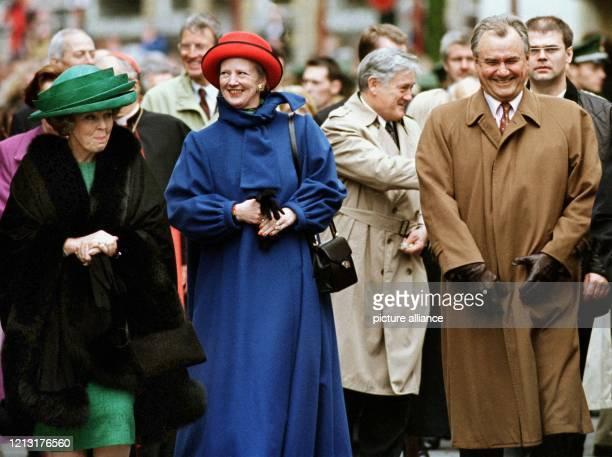 Königin Beatrix der Niederlande und das dänische Königspaar Margrethe und Prinz Henrik führen am den Zug der gekrönten Häupter durch die Osnabrücker...