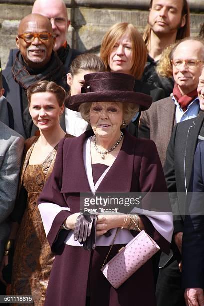 Königin Beatrix der Niederlande und Künstler der Ausstellung Eröffnung der Ausstellung 'Dutch Design Huis van Oranje' Schloß Oranienbaum...