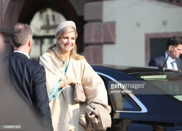 Königin Maxima der Niederlande lächelt beim Besuch des niederländischen Königspaares am vor dem Alten Rathaus in Leipzig Foto Jens Kalaene/dpa |...