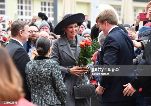Königin Maxima der Niederlande und König WillemAllexander werden am in Erfurt vor der Staatskanzlei von Thüringens Ministerpräsident Bodo Ramelow und...