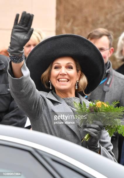 Königin Maxima der Niederlande winkt am in Weimar bei ihrer Ankunft vor der Herzogin Anna Amalia Bibliothek Foto Jens Kalaene/dpa   usage worldwide