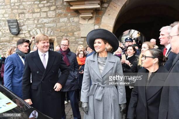 Königin Maxima und König WillemAlexander der Niederlande stehen am in der Altstadt von Erfurt mit Thüringens Ministerpräsident Bodo Ramelow und...