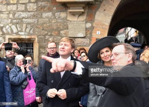 Königin Maxima und König WillemAlexander der Niederlande stehen am in der Altstadt von Erfurt mit Thüringens Ministerpräsident Bodo Ramelow Foto Jens...
