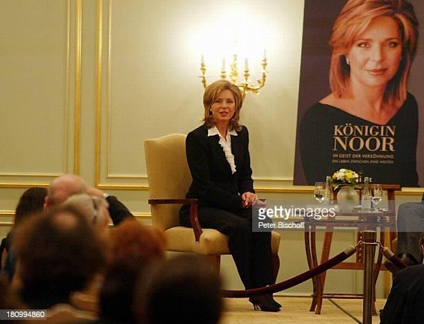 Königin Noor von Jordanien Berlin Deutschland Europa Hotel Adlon Buchvorstellung 'Königin Noorim Geist der Versöhnung' Buch Plakat Königshaus...