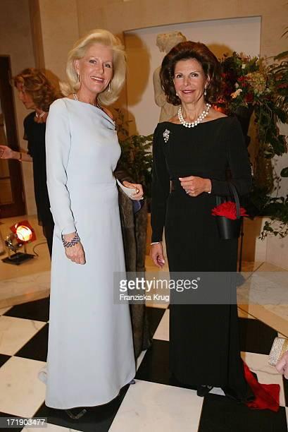Königin Silvia Von Schweden Lässt Sich Fotografieren Für Jeweils 50 Euro Mit Ihrem Gast Prinzessin Elisabeth Zu Sachsen Weimar Für Einen Guten Zweck...