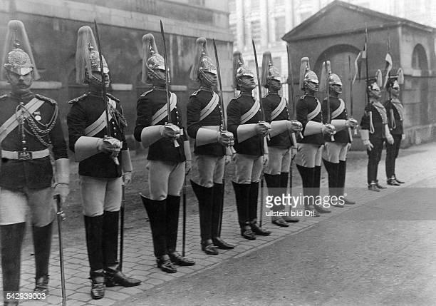 Königliche Garde in London Kavallerie hält Wache undatiert vermutlich 1906Foto The PhotoNews