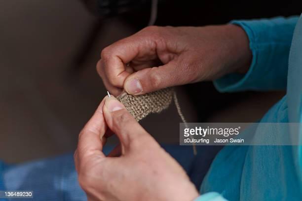 knitting grandmother - s0ulsurfing fotografías e imágenes de stock