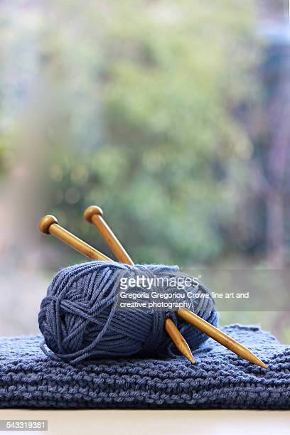 knitting needles and wool - gregoria gregoriou crowe fine art and creative photography. stockfoto's en -beelden