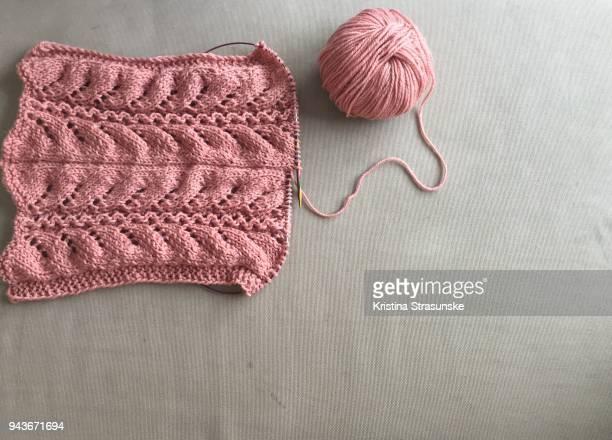 knitting pink scarf - tricoté photos et images de collection