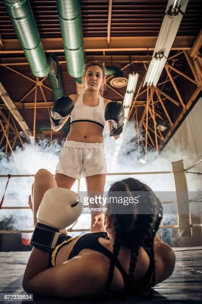 nocaute no ringue de boxe! - boxe feminino - fotografias e filmes do acervo