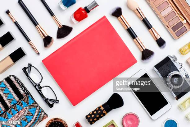 knolling concept - note book flat lay with beauty products - pochette borsetta foto e immagini stock