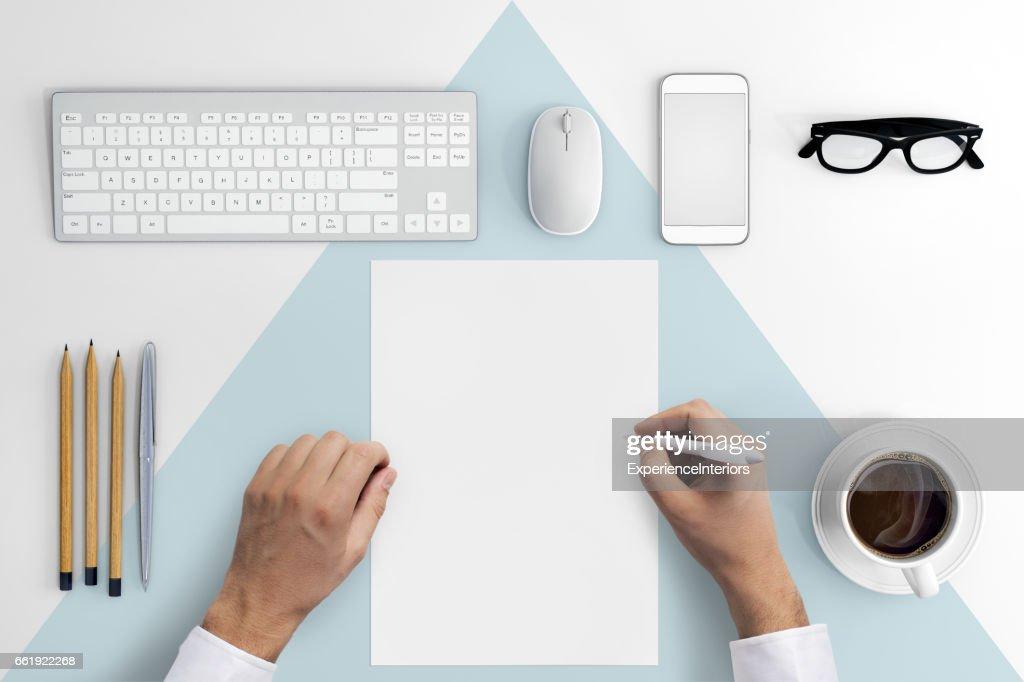 Knolling Hände auf ein leeres Blatt Papier zu schreiben : Stock-Foto