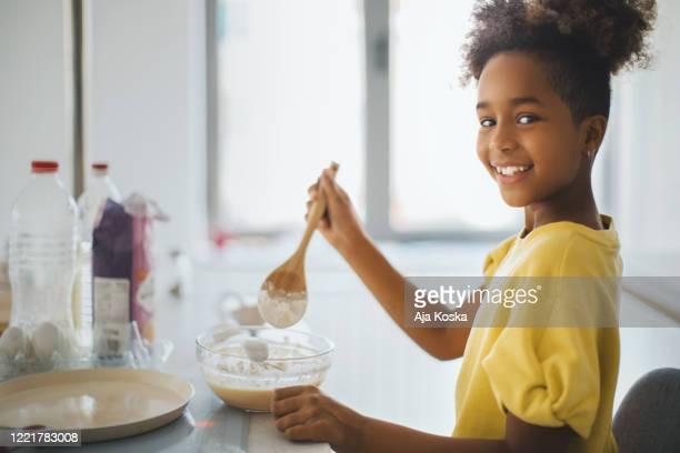 je sais faire des crêpes moi-même. - 10 11 ans photos et images de collection